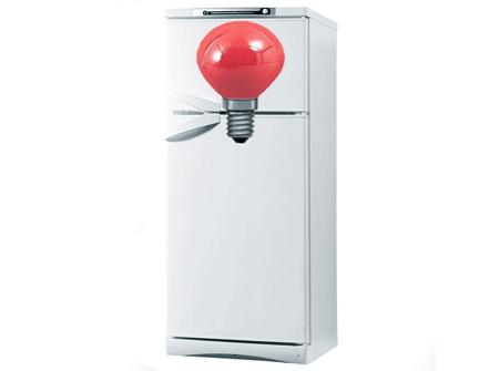 На холодильнике горит красная лампочка