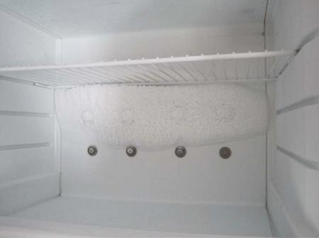 В холодильнике намерзает лед