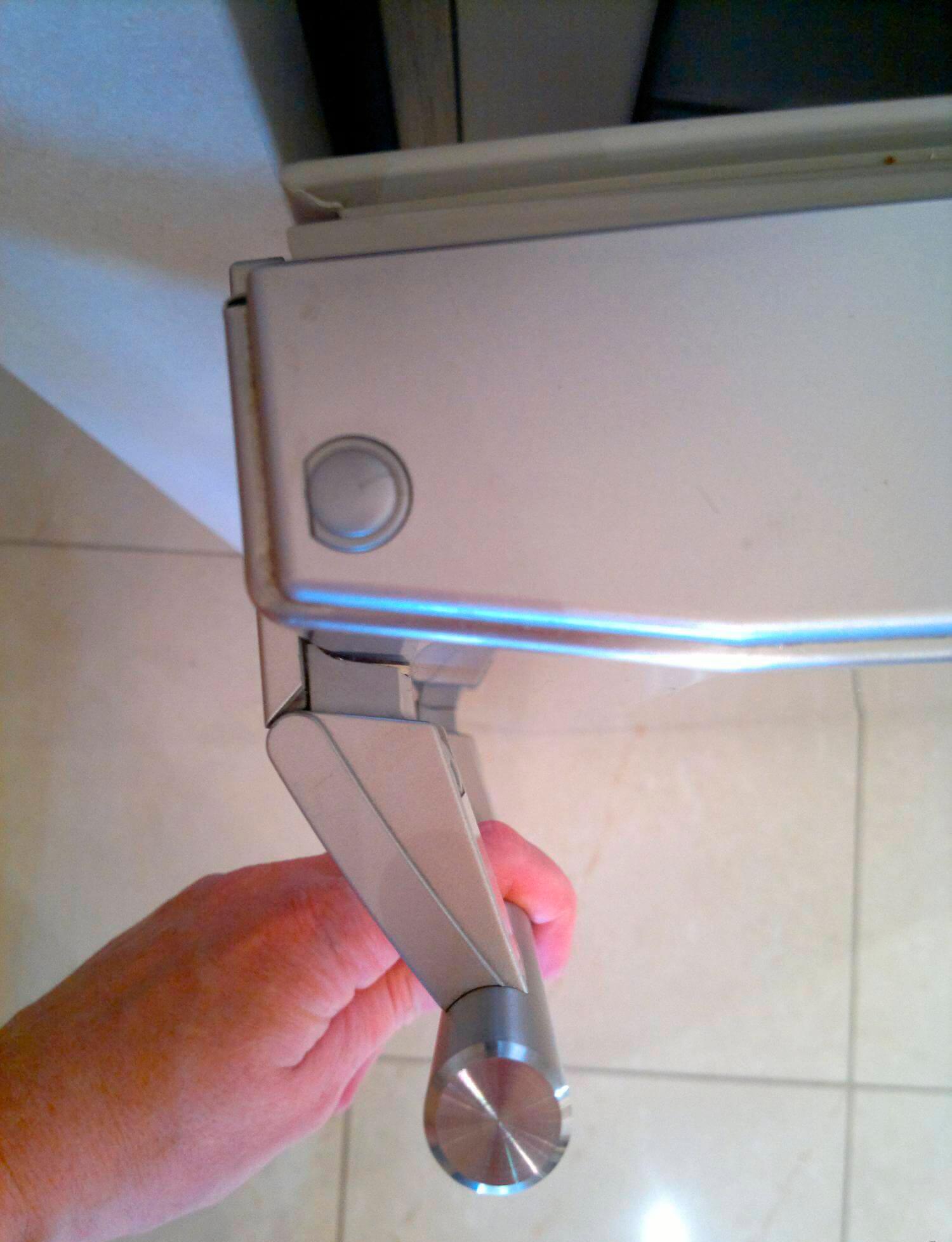 Как поменять дверь на холодильнике