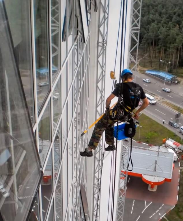 Клининговые услуги методом промышленного альпинизма в СПб