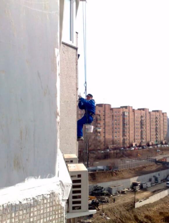 Утепление фасадов домов методом промышленного альпинизма в СПб