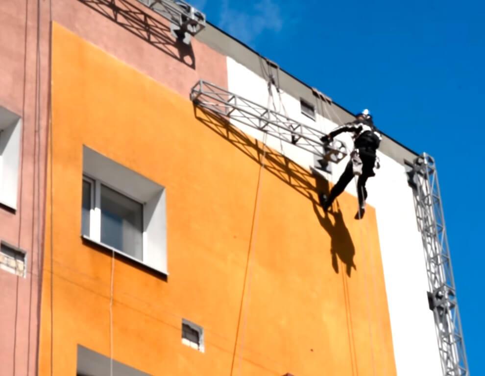 Монтаж баннеров промышленными альпинистами в СПб