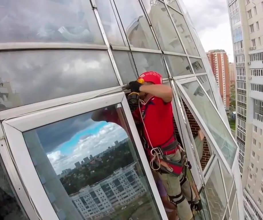 Остекление фасадов зданий методом промышленного альпинизма в СПб