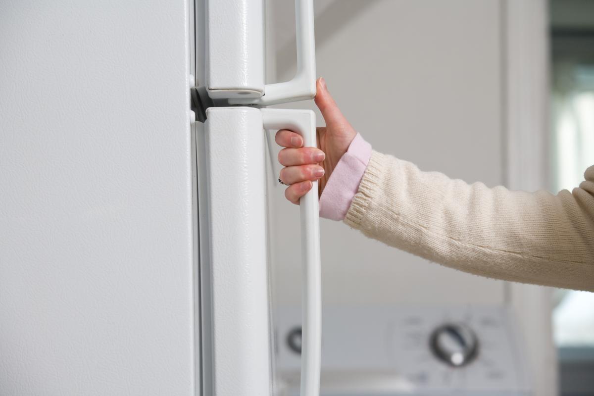 инструкция по перенавеске дверей холодильника аристон