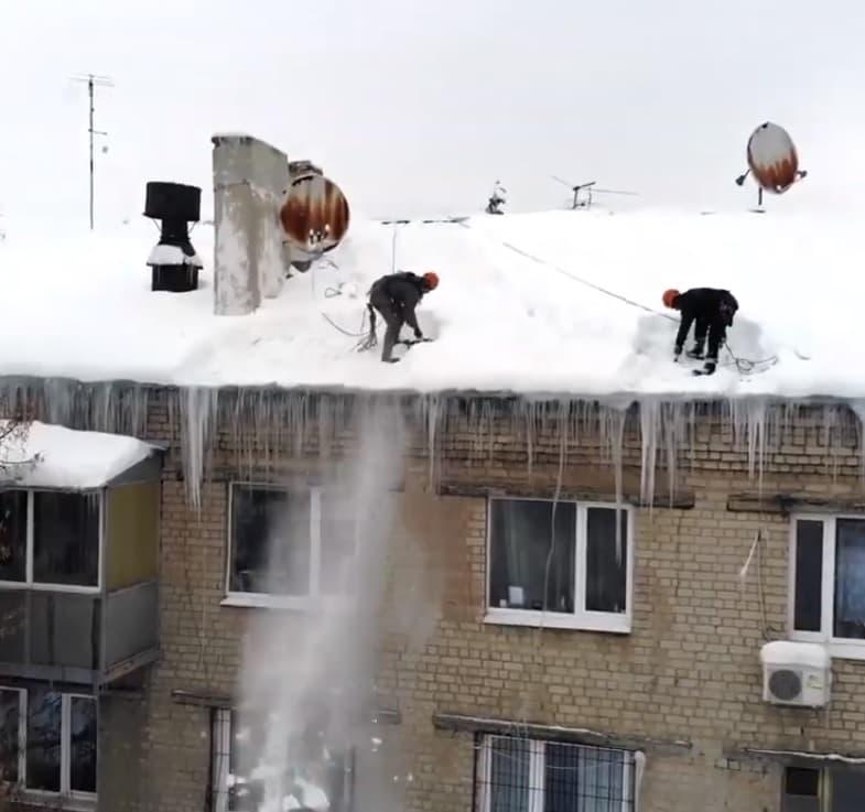 Уборка снега и сосулек методом промышленного альпинизма в СПб